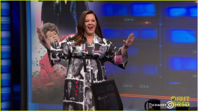 melissa-mccarthy-wears-jon-stewarts-face-on-her-dress-03
