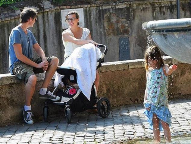 Милла Йовович и Пол Андерсон с дочками