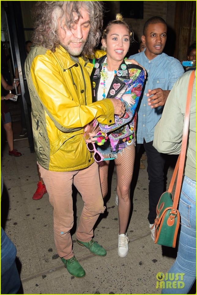 Майли Сайрус и вокалист The Flaming Lips возвращаются с вечеринки в ночном клубе