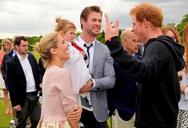 Крис Хемсворт и Эльза Патаки с дочкой и принц Гарри