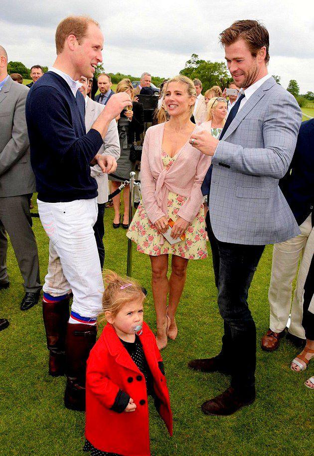 Крис Хемсворт и Эльза Патаки с дочкой Индией побывали на мероприятии Audi Polo Challenge, где пообщались с королевской семьей в лице принца Гарри и принца Уильяма.