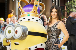sandra-bullock-meets-the-minions-at-london-premiere-09