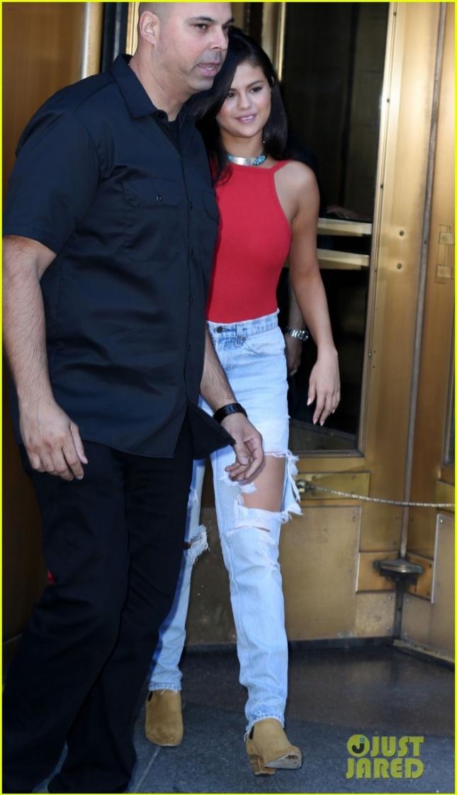 Селена Гомез покидает свой отель