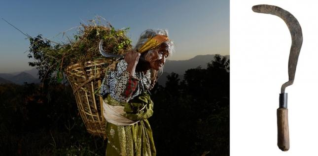 Кханигаун, Непал. Ло-Джи. Серп, которым она пять дней в неделю собирает корм для домашнего скота. Серпу больше 100 лет, по оценкам Ло-Джи. Это была первая и самая значимая покупка Ванессы.