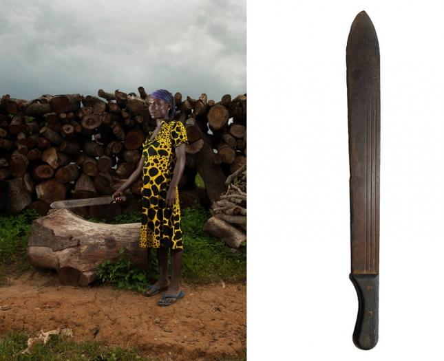 Анагада, Нигерия. Женщина использует особый вид мачете, который популярен в Африке.
