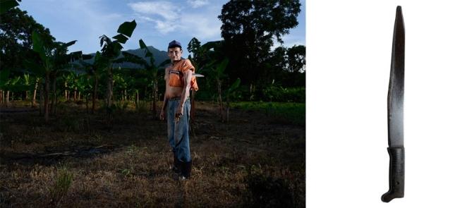 Исла-де-Ометере, Никарагуа. 60-летний фермер Эрнесто Хосе Кастильо гоняет ножом птиц, чтобы неповадно было клевать посевы.