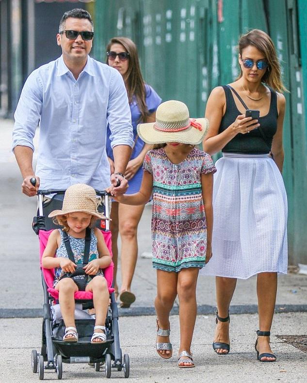 Кэш Уоррен и Джессика Альба с дочками