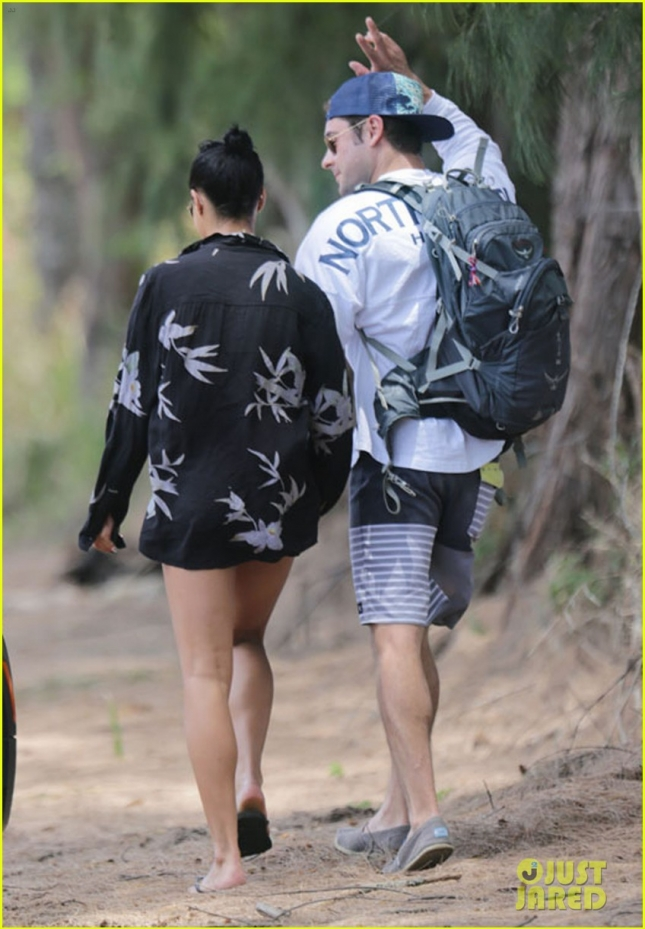 zac-efron-girlfriend-sami-miro-hold-hands-on-the-beach-03