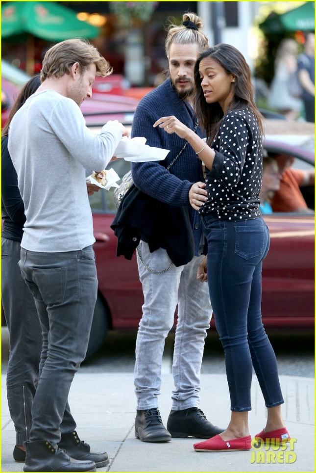 zoe-saldana-marco-perego-enjoy-movie-date-on-fathers-day-01