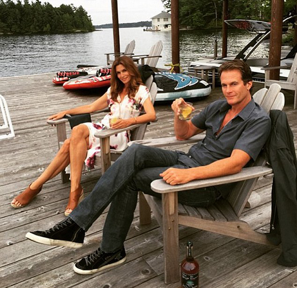 2AAF0DA300000578-3167738-_Docktails_Cindy_and_her_husband_Rande_Gerber_sipped_on_cocktail-a-7_1437359581179