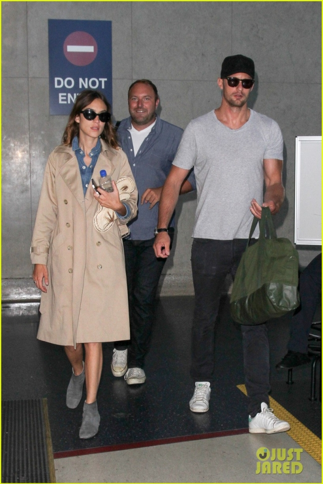 alexander-skarsgard-alexa-chung-bring-their-love-to-la-01