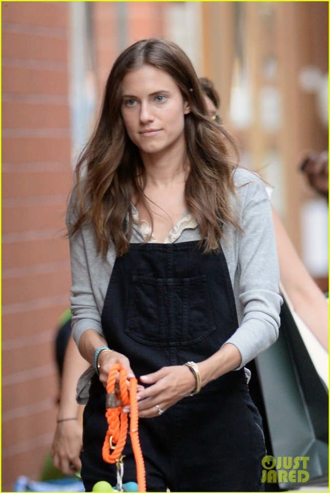 allison-williams-Ricky-Van-Venn-walking-dog-10
