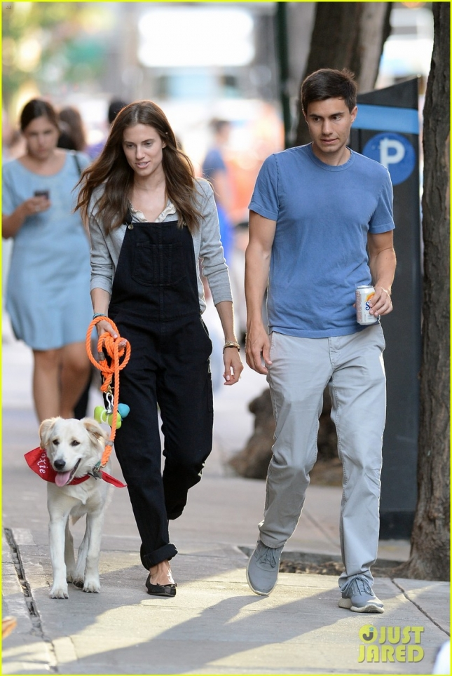 allison-williams-Ricky-Van-Venn-walking-dog-25
