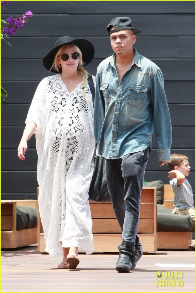 *EXCLUSIVE* Pregnant Ashlee Simpson and Evan Ross hold hands in Malibu