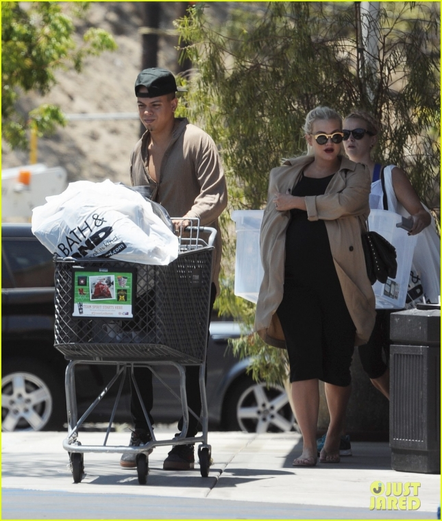 Ashlee Simpson gets a kiss from husband Evan Ross after romantic lunch