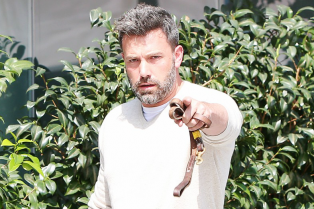 ben-affleck-jokingly-sics-his-dog-on-the-paparazzi-02