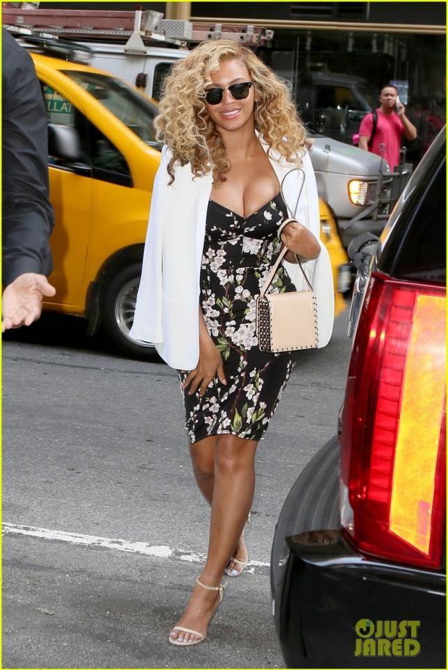 Beyonce Wears A Beautiful Dress In Midtown
