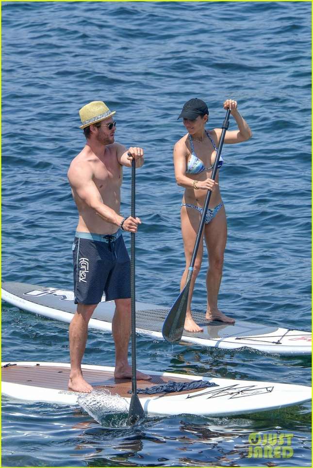 chris-hemsworth-shirtless-corsica-wife-elsa-pataky-bikini-03
