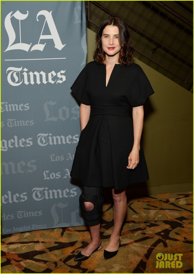 cobie-smulders-steps-out-with-broken-leg-for-unexpected-screening-01