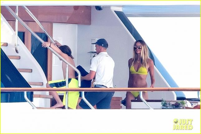 elle-macpherson-shows-off-amazing-bikini-body-at-51-20