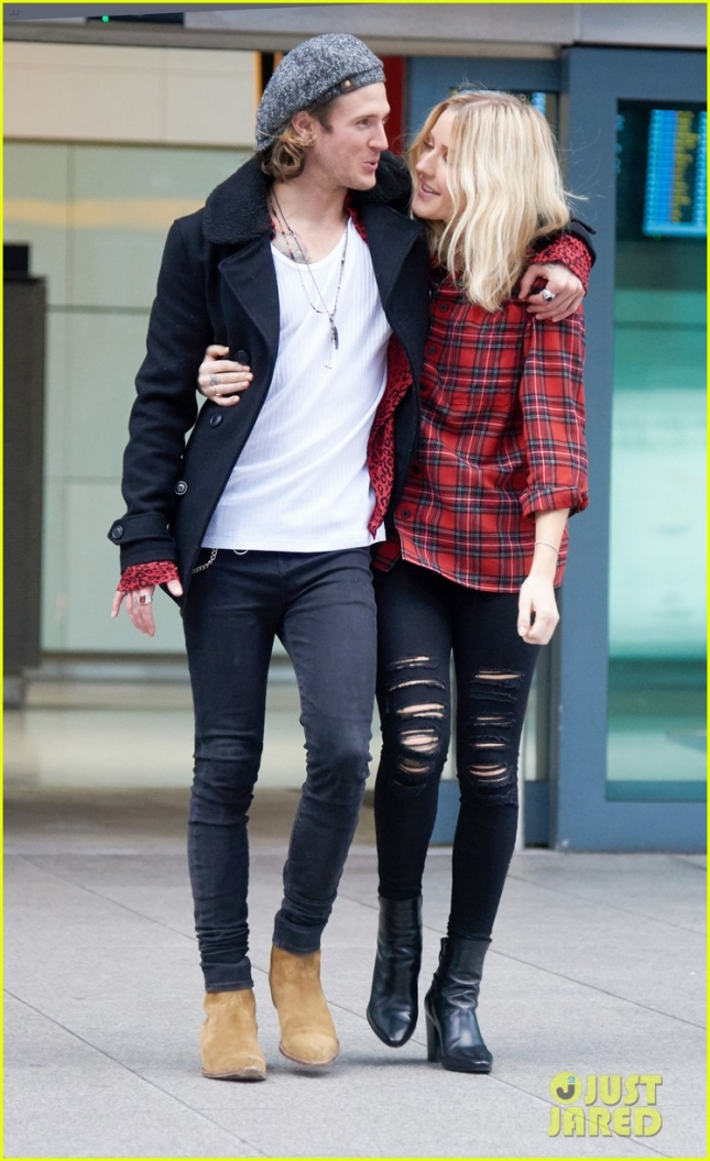 *EXCLUSIVE*  Ellie Goulding and Dougie Poynter embrace at Heathrow Airport **USA ONLY**