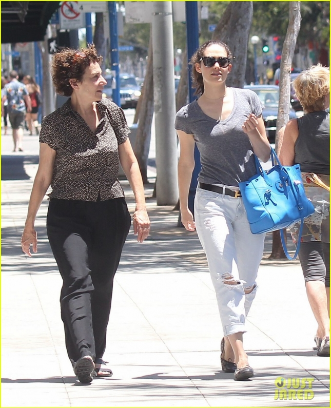 emmy-rossum-lunch-mom-flies-drone-25