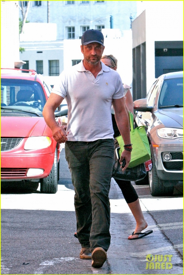 gerard-butler-checks-out-one-of-las-hot-new-restaurants-01
