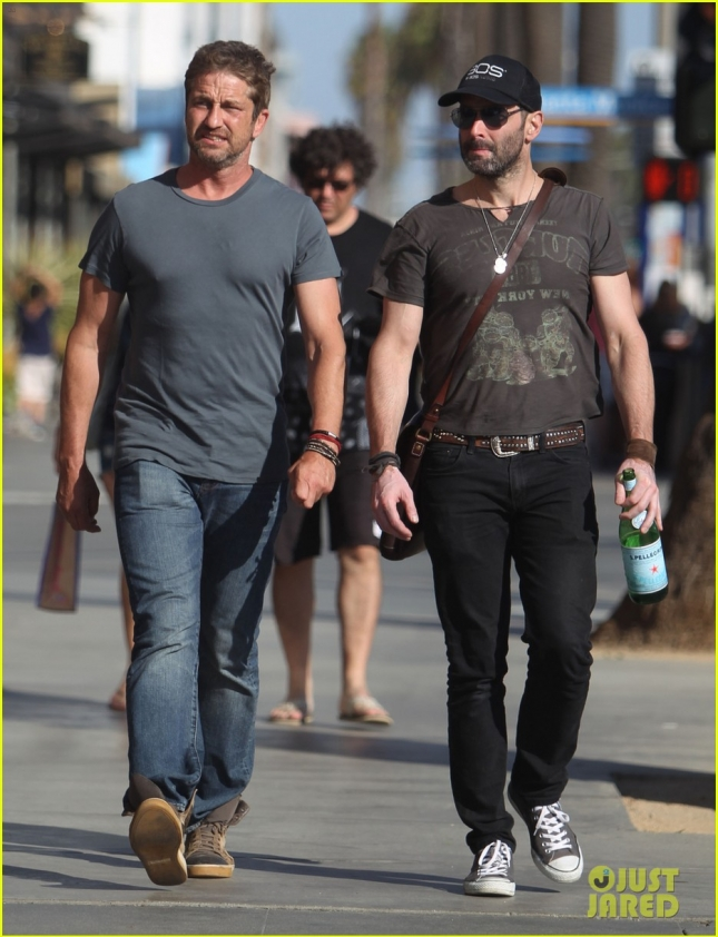 gerard-butler-checks-out-one-of-las-hot-new-restaurants-03