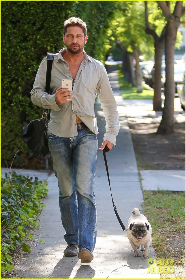 gerard-butler-takes-his-cute-dog-lolita-for-a-walk-01