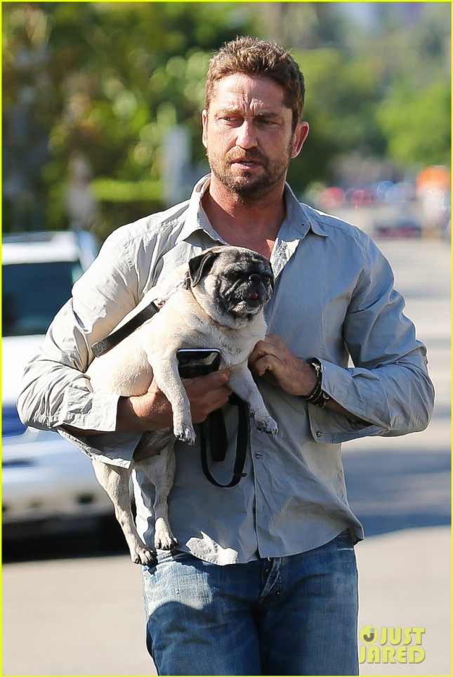 gerard-butler-takes-his-cute-dog-lolita-for-a-walk-02