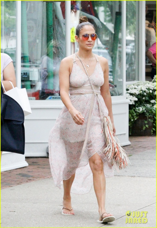 jennifer-lopez-post-independence-day-shopping-in-hamptons-01