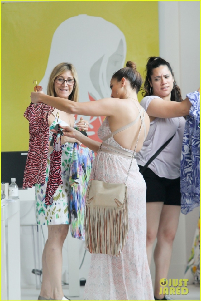 jennifer-lopez-post-independence-day-shopping-in-hamptons-11