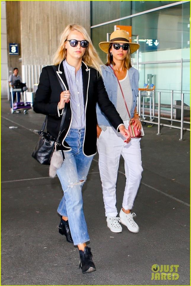 Джессика с подругой в аэропорту
