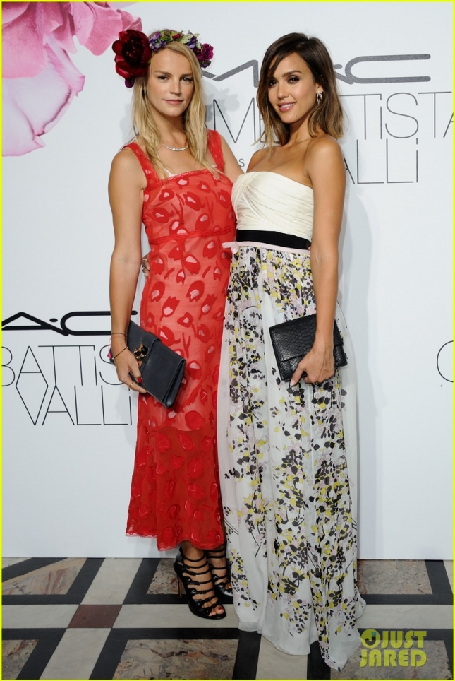 Джессика Альба с подругой на M.A.C Cosmetics & Giambattista Valli Ball