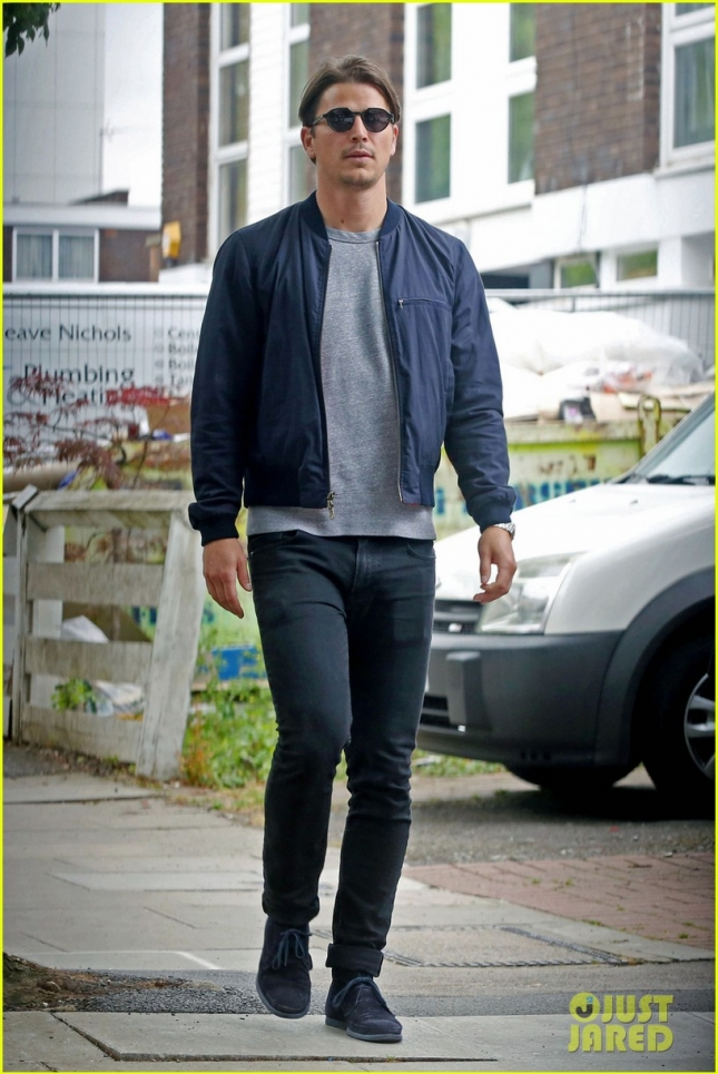 EXCLUSIVE: Josh Hartnett wears skinny jeans and sunglasses as he strolls through west London with a friend