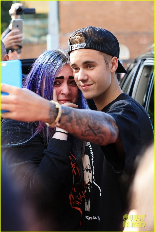 Justin Bieber has time for All his Aussie Fans **USA ONLY**
