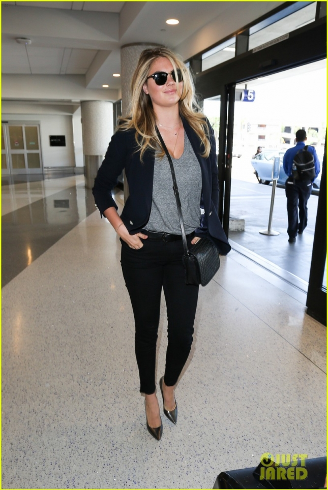kate-upton-lax-airport-dog01