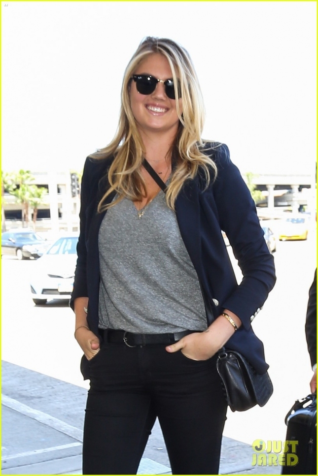 kate-upton-lax-airport-dog02
