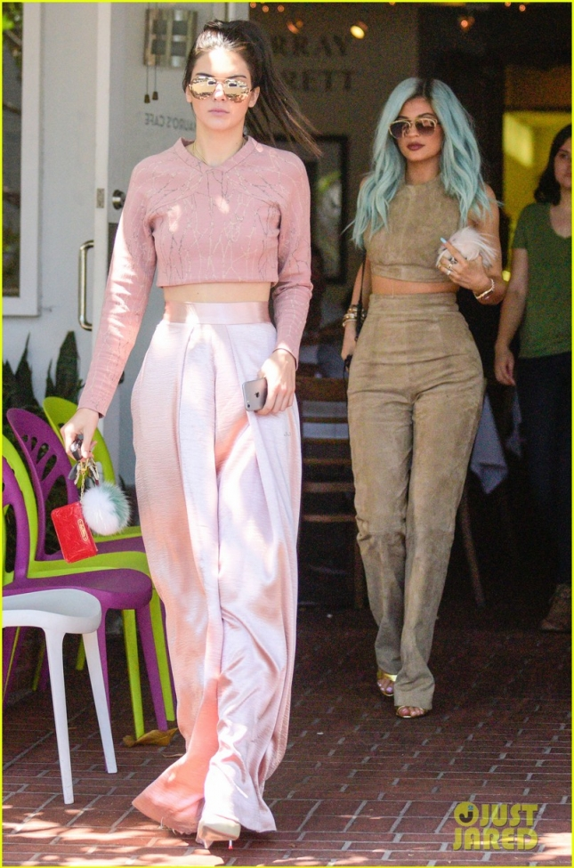 kendall-kylie-jenner-get-in-sisterly-bonding-time-05