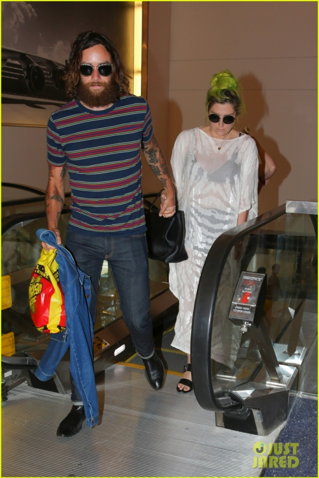 Kesha shares the peace at the Airport **NO UK**