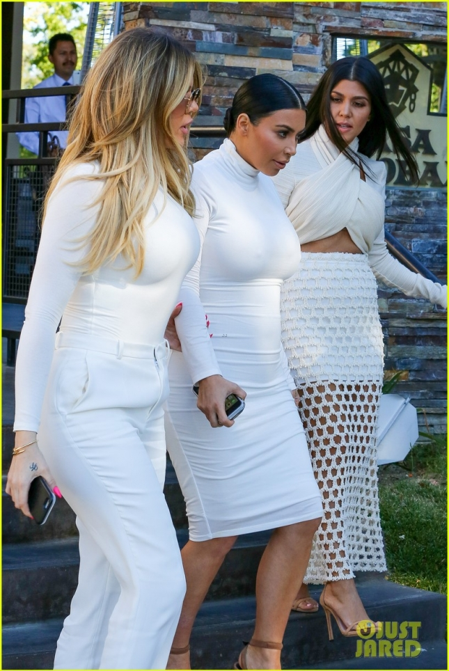 khloe-kardashian-addresses-korutney-scott-disick-split-see-tweet-03
