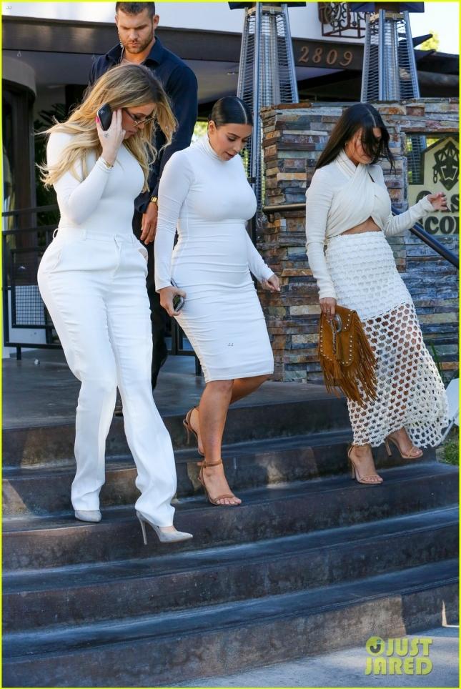 khloe-kardashian-addresses-korutney-scott-disick-split-see-tweet-05