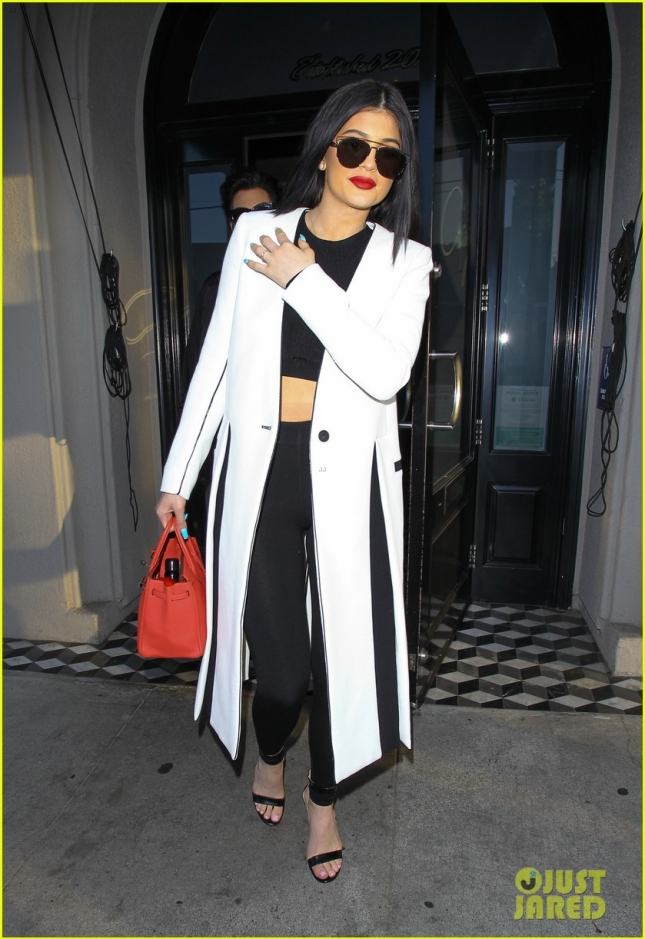 kylie-jenner-steps-out-amid-tyga-cheating-rumors-01
