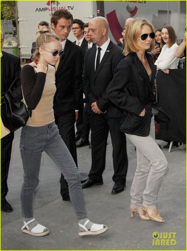 Лили Роуз Депп с мамой Ванессой прибывает на шоу Chanel