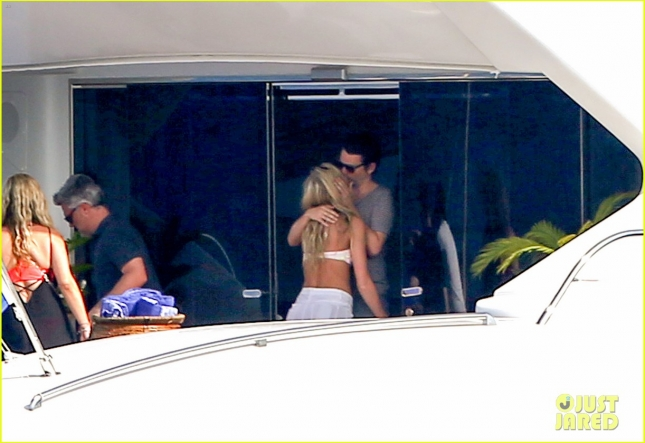 matt-bellamy-flaunts-pda-with-girlfriend-elle-evans-19