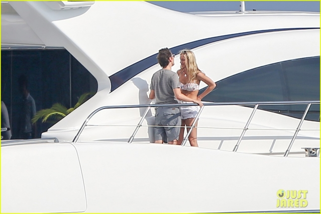matt-bellamy-flaunts-pda-with-girlfriend-elle-evans-24