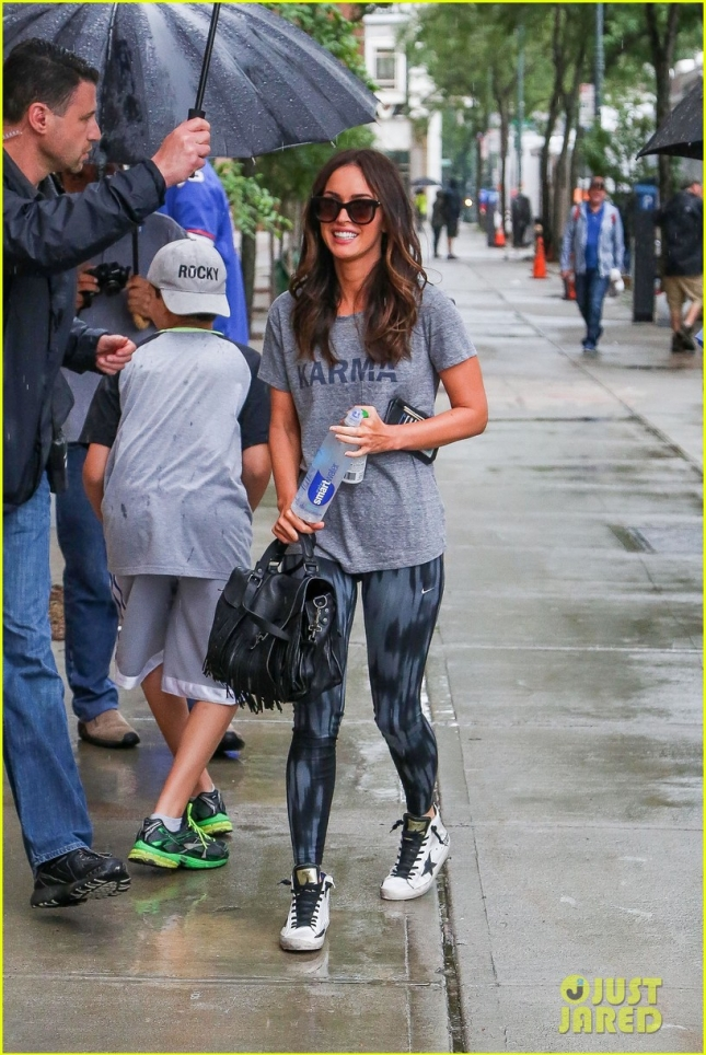 megan-fox-battles-rain-on-turtle-ninja-mutant-turtles-2-set-07
