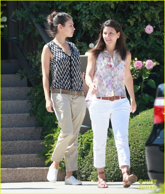 mila-kunis-mom-lunch-ojai02