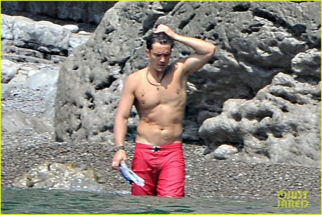 orlando-bloom-goes-shirtless-puts-his-muscles-on-display-22