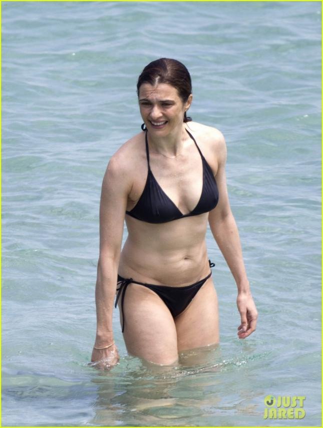 rachel-weisz-bares-bikini-body-alongside-hubby-daniel-craig-06